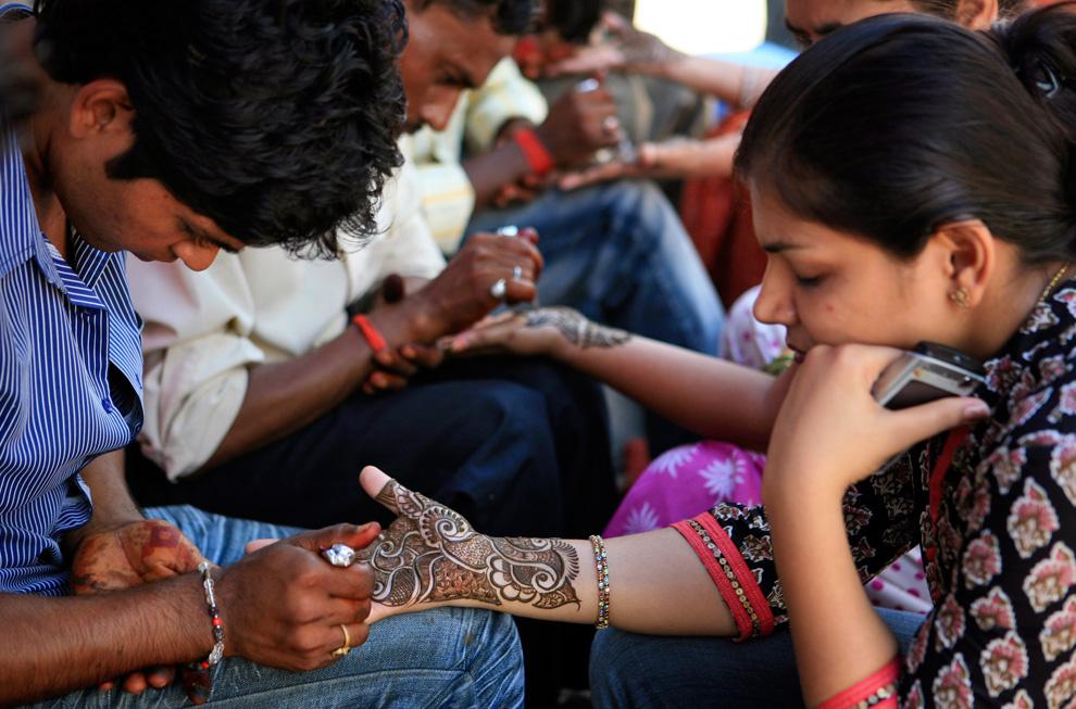 15. Женщинам украшают руки хной накануне индийского фестиваля Харияли Теедж в Аллахабаде, Индия, в субботу 22 августа 2009 года. Харияли Теедж – специальный пост для женщин, во время которого они просят у богов счастья в браке и благополучия для своих мужей. (AP Photo/Rajesh Kumar Singh)