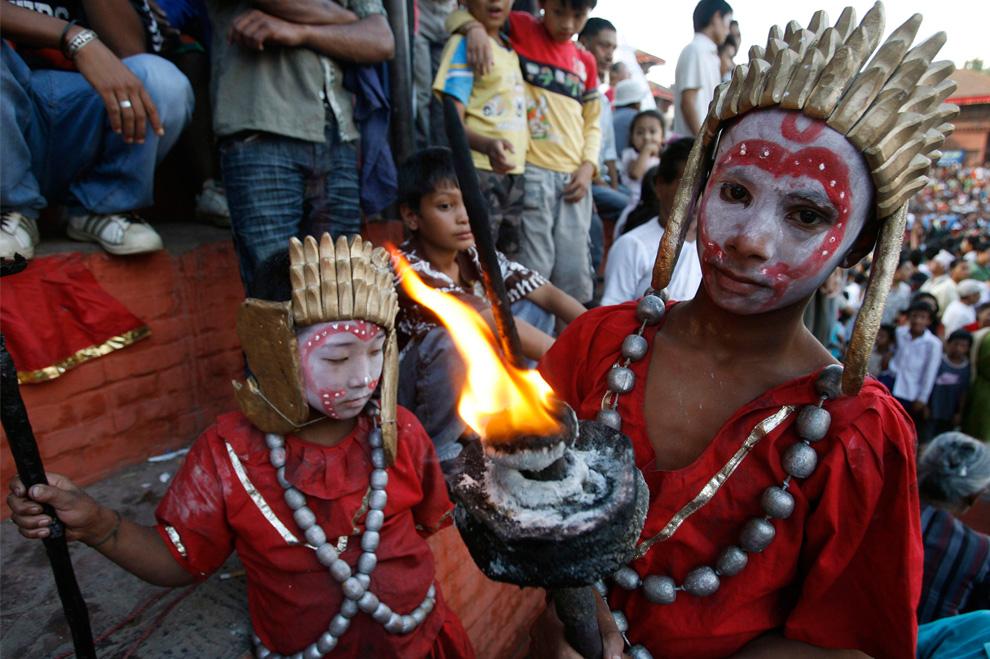 17. Люди в традиционных костюмах принимают участие в праздновании фестиваля Индра Джатра в Катманду 3 сентября 2009 года. Неварское сообщество Непала начало празднование индуистского фестиваля Индра Джарта с поклонения Кумари – «живой богини» и богу дождя Индре. (REUTERS/Gopal Chitrakar)