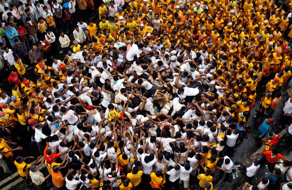 20. Живая пирамида развалилась во время попытки верующих добраться до горшка с маслом во время празднования Джанмаштами в Мумбаи 14 августа 2009 года. (REUTERS/Punit Paranjpe)