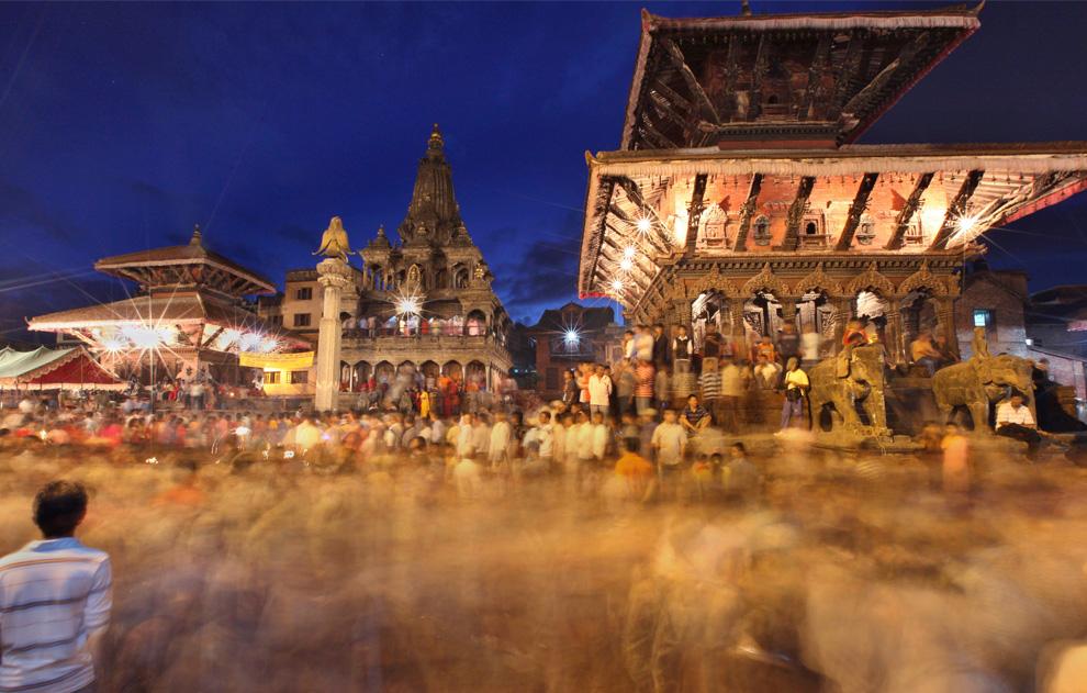 23. Последователи религии индуизм исполняют ритуалы у храма Господа Кришны во время фестиваля Кришна Аштами, который символизирует рождение Кришны. Снимок сделан в Патане, пригороде Катманду, Непал, в четверг 3 сентября. (AP Photo/Gemunu Amarasinghe)