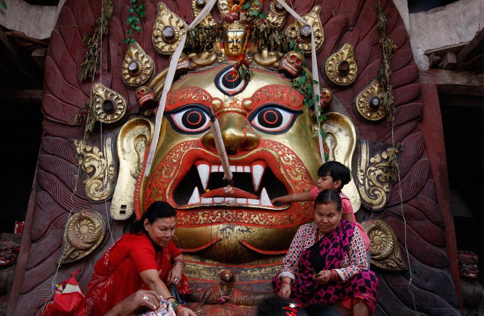 24. Огромная маска божества, известного здесь как «Бхараив», стоит у дороги на площади Дурбар во время недельного фестиваля Индра Джарта в Катманду, Непал, в четверг 3 сентября этого года. (AP Photo/Binod Joshi)