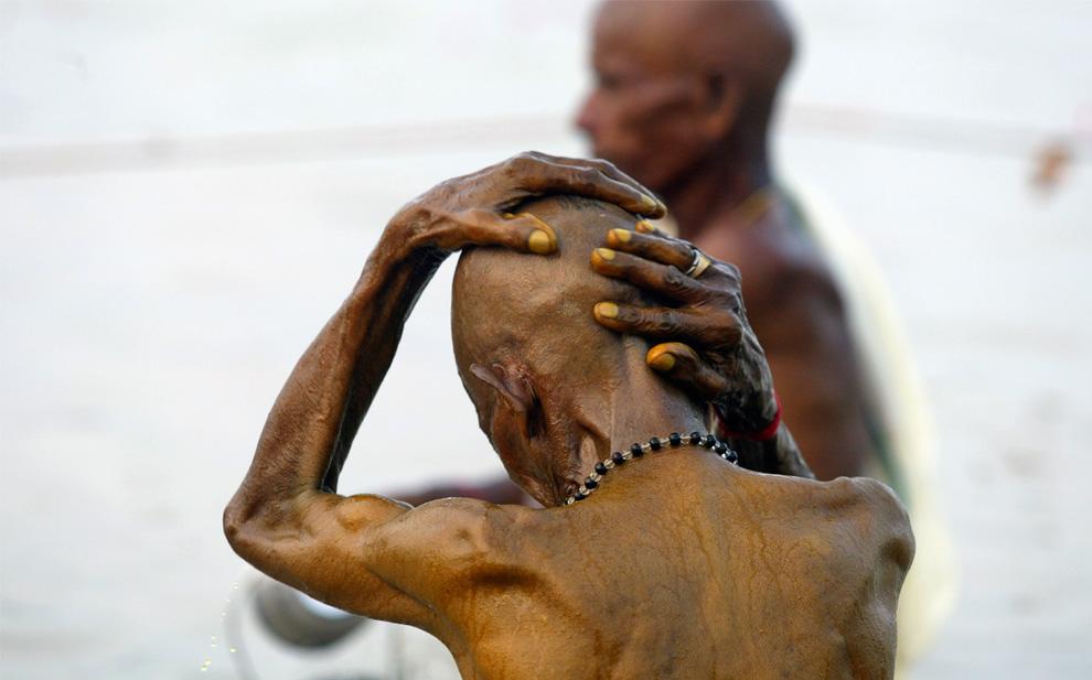25. Приверженец индуизма совершает священное омовение во время ритуала Пинд Даан в честь душ ушедших предков в реке Ганг в Аллахабаде, Индия, в среду 2 сентября 2009 года. (AP Photo/Rajesh Kumar Singh)