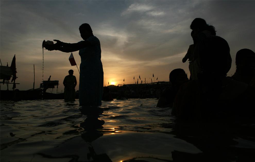 28. Последователи индуизма исполняют ритуалы по случаю фестиваля Теедж в Сангаме – слиянии рек Ганг, Ямуна и мифической реки Сарасвати в Аллахабаде, Индия, в воскресенье 23 августа 2009 года. (AP Photo/Rajesh Kumar Singh)
