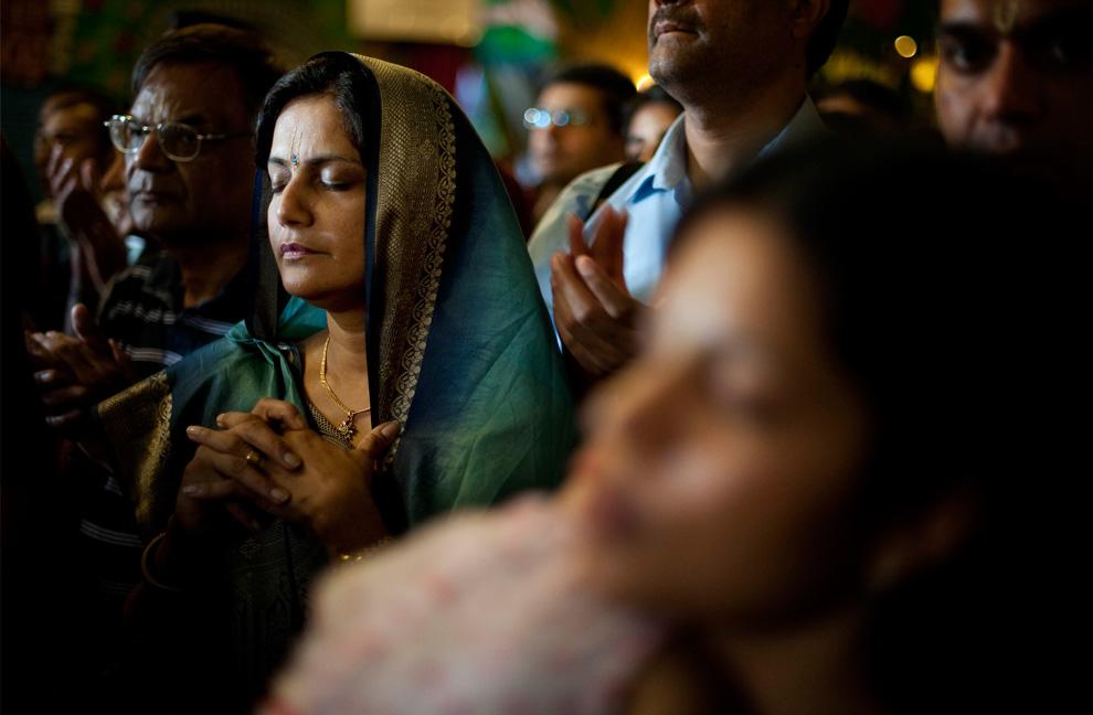 30. Паломники молятся в главном храме Bhaktivedanta Manor Krishna в Уотфорде на севере Лондона, 16 августа 2009 года во время открытых дверей для пилигримов в праздник «Джанмаштами» - день рождения Господа Кришны. (BEN STANSALL/AFP/Getty Images)