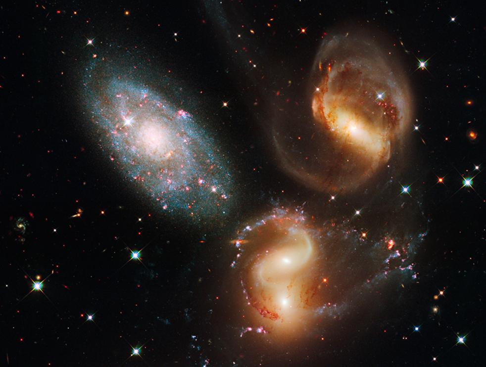 7. На этом снимке телескопа Hubble показана настоящая битва между членами знаменитого галактического квинтета в окружении красочного разнообразия звезд – от совсем молодых (голубых) до уже стареющих красных. (NASA)