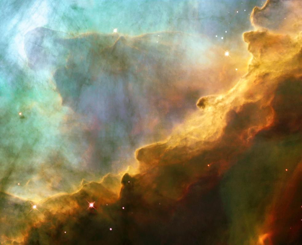 9. Напоминающий гнев разъяренного моря, этот снимок на самом деле демонстрирует нам пузырчатый океан мерцающего гидрогенного газа и небольшого количества других элементов, таких как кислород и сера. Этот снимок, сделанный телескопом Hubble 29-30 мая 1999 года, запечатлел небольшую область в M17 – очаге возникновения звезд. M17, также известная как Омега или Туманность Лебедя, находится примерно в 5 500 световых лет от созвездия Стрельца. Этот снимок был выпущен 24 апреля 1990 года в честь 13 годовщины запуска телескопа Hubble. (NASA)