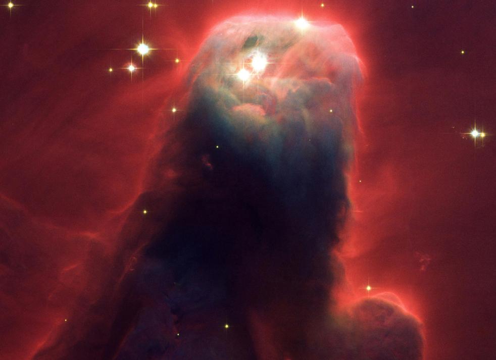 11. Снимок колонны газа и пыли. Названная туманностью Конуса (NGC 2264), потому что на снимках, сделанных с земли, она имеет форму конуса, эта огромная колонна находится в турбулентной области образования звезд. Этот снимок, сделанный 2 апреля 2002 года специальной камерой для продвинутых исследований на телескопе NASA, демонстрирует верхнюю туманность «ростом» 2,5 световых лет, что равняется 23 миллионам полетов вокруг Луны. Вся туманность составляет 7 световых лет в длину. Туманность Конуса находится в 2 500 световых лет от созвездия Единорог. (NASA)