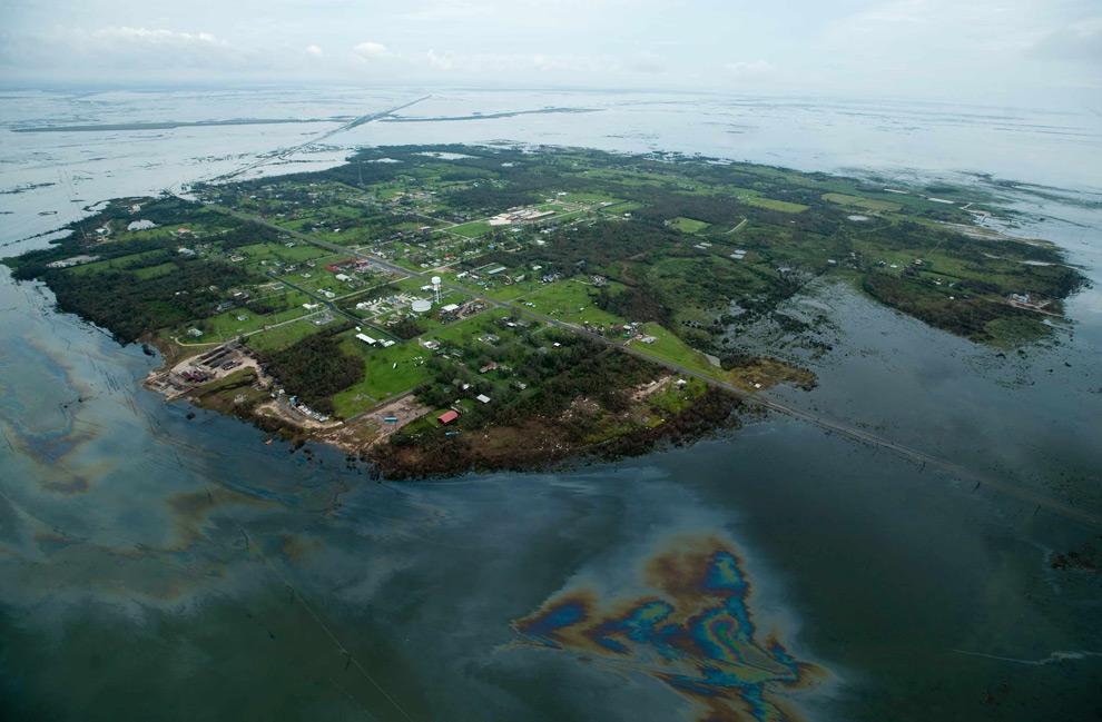 2а. Вода от наводнения и просочившаяся в нее нефть вокруг Хай Айленд после урагана Айк в воскресенье 14 сентября 2008 года. (AP Photo/Houston Chronicle, Smiley N. Pool)