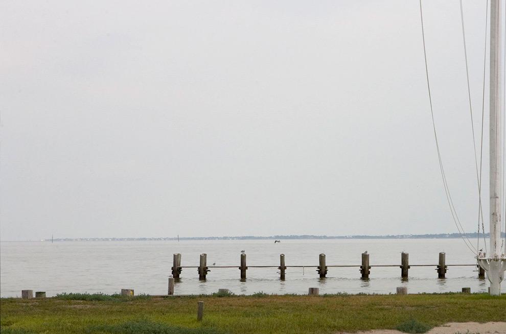 3б. Этот снимок, сделанный во вторник 1 сентября 2009 года, показывает, что теперь на месте морского клуба пустой участок. 5 сентября начались строительные работы по возведению нового здания клуба. (AP Photo/Houston Chronicle, James Nielsen)
