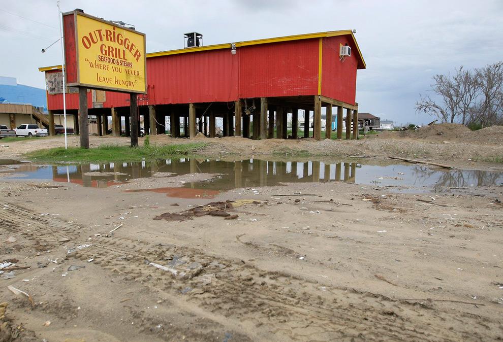 5б. Та же сцена 9 сентября 2009 года. Хотя обломки уже убрали, ресторан все еще реконструируется и закрыт для посетителей. (AP Photo/Tony Gutierrez)