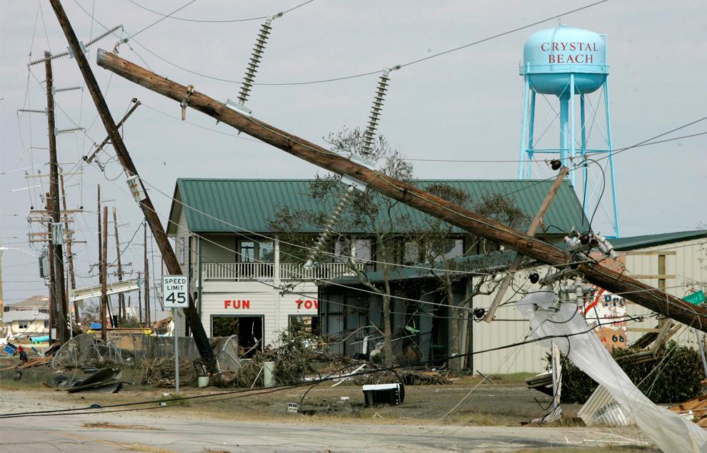 6а. Здания и водонапорная башня Кристалл Бич в одноименном городке штата Техас 16 сентября 2008 года. Электрические столбы свалены ураганом Айк. (AP Photo/Tony Gutierrez)