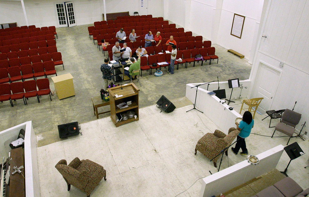 7б. Этот снимок был сделан в той же церкви 9 сентября 2009 года во время вечерней молитвы прихожан в среду. (AP Photo/Tony Gutierrez)