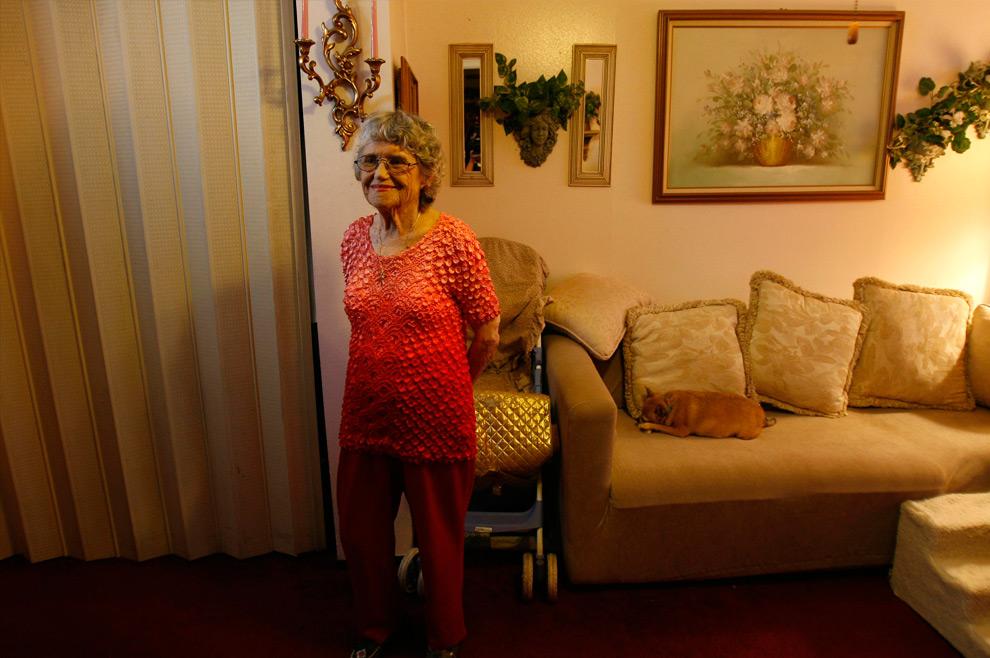 9б. На этом снимке уже 80-летняя Бобби Дэвис позирует перед камерой в том же Хайтс Хаус в Хьюстоне во вторник 18 августа 2009 года в Техасе. (AP Photo/Houston Chronicle, Karen Warren)
