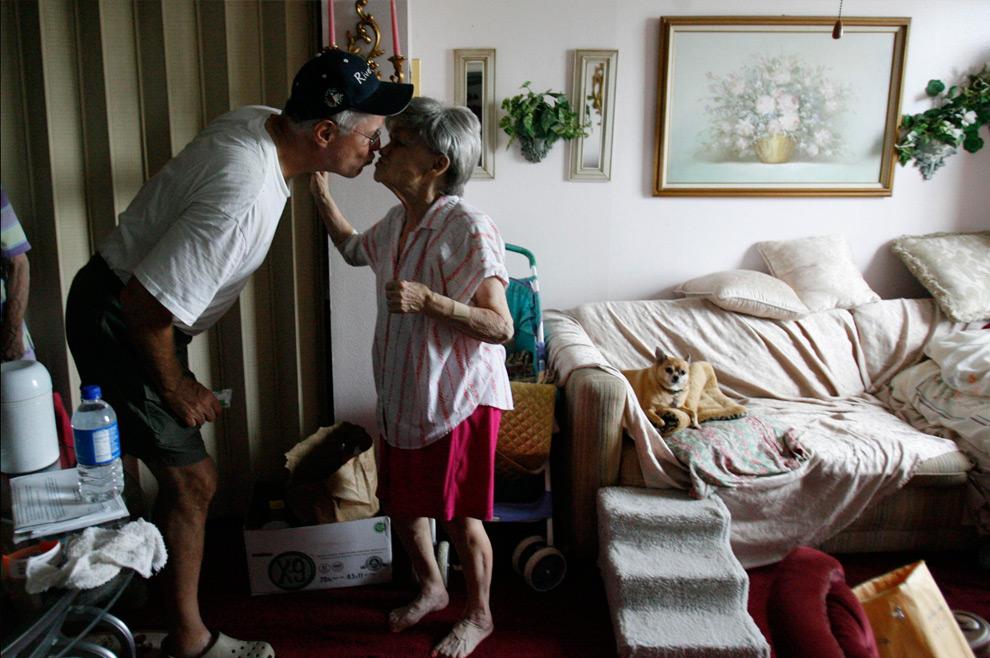 9а. Ральф Хэйс целует 79-летнюю Бобби Дэвис, после того, как принес воду и продукты ей и другим пожилым и нетрудоспособным жителям Хайтс Хаус, оставшимся без воды и электричества 14 сентября 2008 года в Хьюстоне. (AP Photo/Houston Chronicle, Karen Warren)