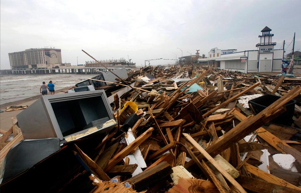 10а. На этом снимке пирс Мердока и ресторанчики виднеются из-за обломков, вымытых на берег в городе Галвестоне, штат Техас, после урагана Айк в субботу 13 сентября 2008 года. (AP Photo/Houston Chronicle, Johnny Hanson)