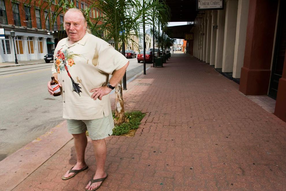 11б. На этом снимке Том ЛеКрой, владелец бистро, стоит на той же самой улице в понедельник 30 августа 2009 года. Он снова открыл свой ресторанчик в августе 2009 года. (AP Photo/Houston Chronicle, Brett Coomer)