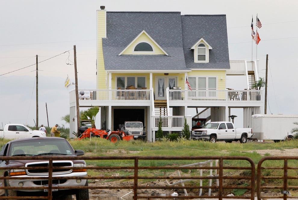 12б. На этом снимке показаны изменения и ремонт, которые претерпел тот же дом. Снимок сделан 9 сентября 2009 года. (AP Photo/Tony Gutierrez)
