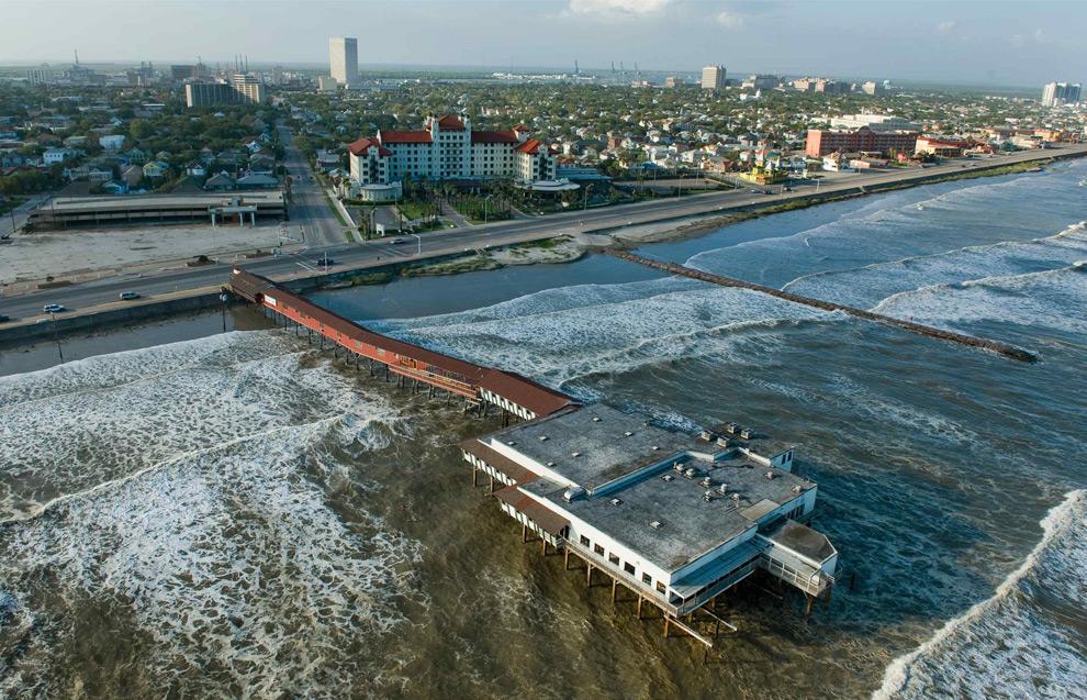 13а. Вздымающиеся волны прибоя почти достигают 180-метровой вышки с балийским ночным клубом Balinese Room перед приходом урагана Айк в пятницу 12 сентября 2008 года. (AP Photo/Houston Chronicle, Smiley N. Pool)