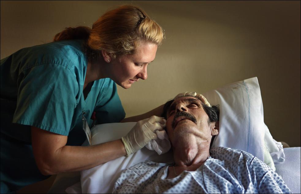 3. Медсестра Н. Фон Райтер успокаивает Раймонда Гарсию, которому становится все хуже. (Getty Images/John Moore)