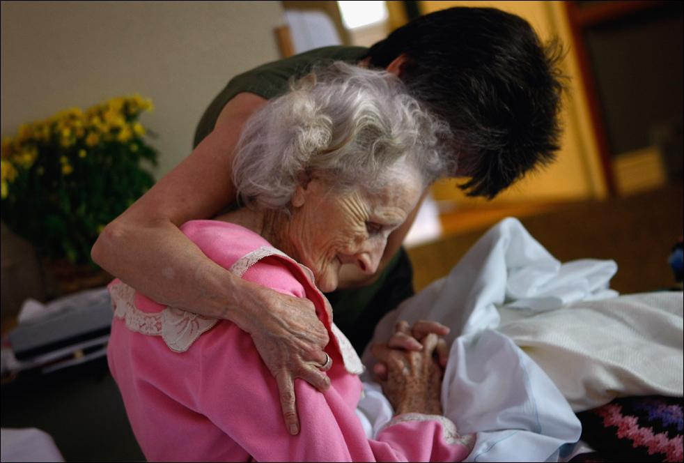 4. Неизлечимо больную 83-летнюю пациентку хосписа Джеки Бетти обнимает терапевт. (Getty Images/John Moore)