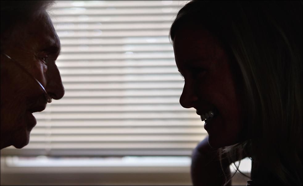 6. Неизлечимо больная 91-летняя пациентка хосписа Эвелин Бронинг (слева) разговаривает с музыкальным терапевтом Джен Данлэп 20 августа в Лейквуде, штат Колорадо. (Getty Images/John Moore)