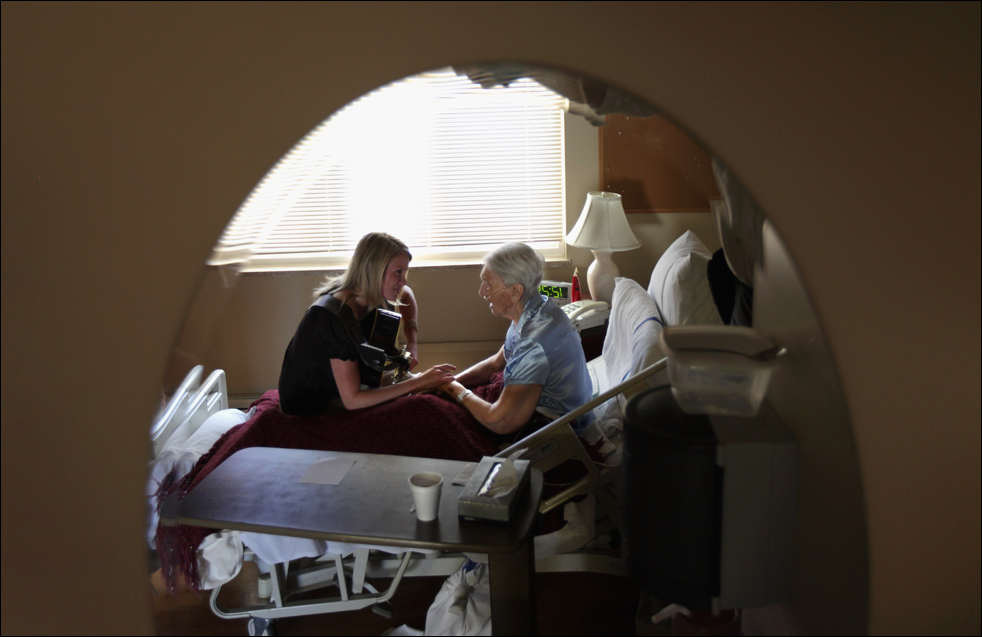 8. Неизлечимо больная 91-летняя пациентка Эвелин Бронинг (справа) сидит с музыкальным терапевтом Джен Данлэп 20 августа в Лейквуде, штата штат Колорадо. Getty Images/John Moore