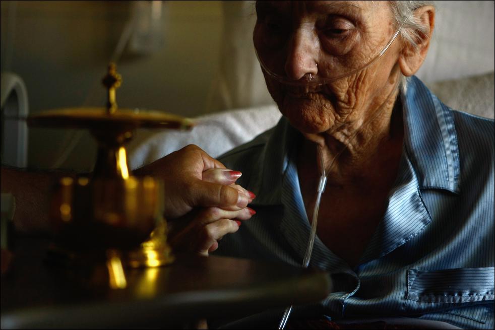 9. Пациентка хосписа Святого Иоанна Эвелин Бронинг готовится к принятию причастия 20 августа в Лейквуде, штат Колорадо. (Getty Images/John Moore)