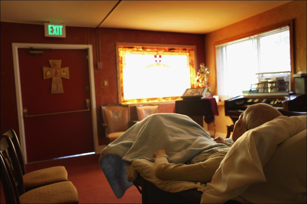 11. Неизлечимо больной 89-летний пациент хосписа Чиу Нинг Юань лежит в часовне после молитвы 20 августа в Лейквуде, штат Колорадо. (Getty Images/John Moore)