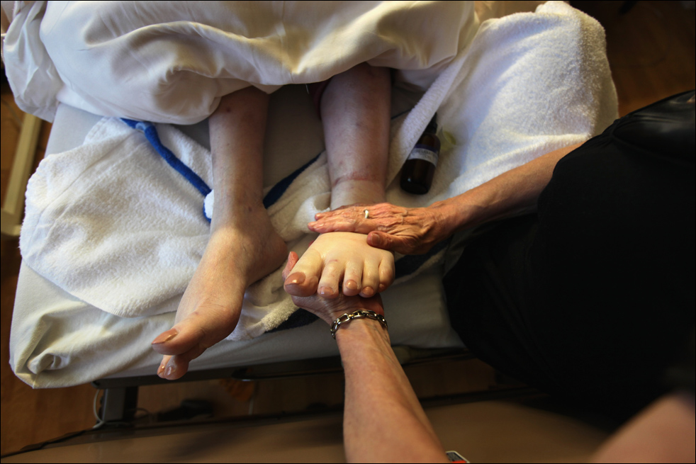15. Массажист работает с ногами неизлечимо больной пациентки хосписа Святого Иоанна 20 августа в Лейквуде, штат Колорадо. Вагнер, которой 4,5 года назад поставили страшный диагноз – рак – говорит так: «Все мы когда-нибудь уйдем. Просто кто-то на очереди первый». (Getty Images/John Moore)