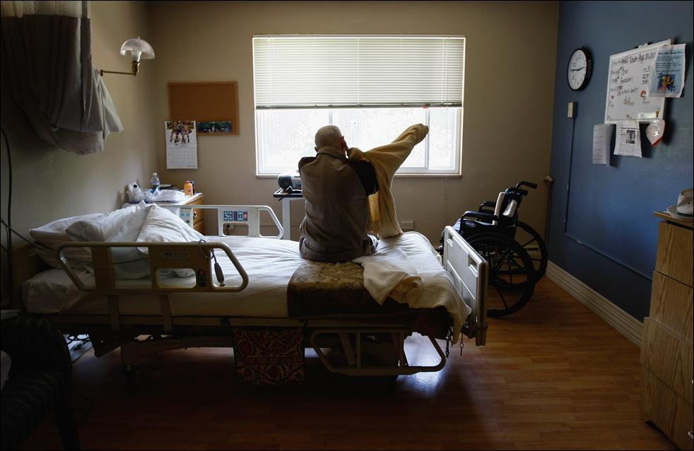 17. Неизлечимо больной пациент хосписа 97-летний Боб Решке одевается в своей палате 20 августа в Лейквуде, штат Колорадо. (Getty Images/John Moore)