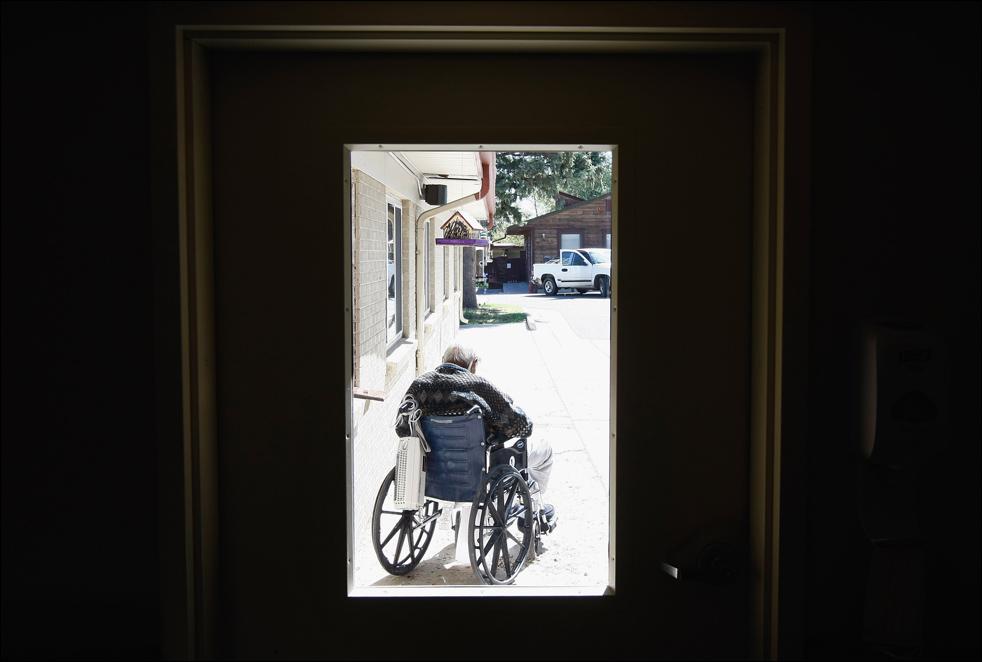19. Неизлечимо больной пациент сидит на солнце у хосписа Святого Иоанна 21 августа в Лейквуде, штат Колорадо. Некоммерческая организация, обслуживающая до 200 человек одновременно, является вторым самым старым хосписом в Соединенных Штатах. (Getty Images/John Moore)