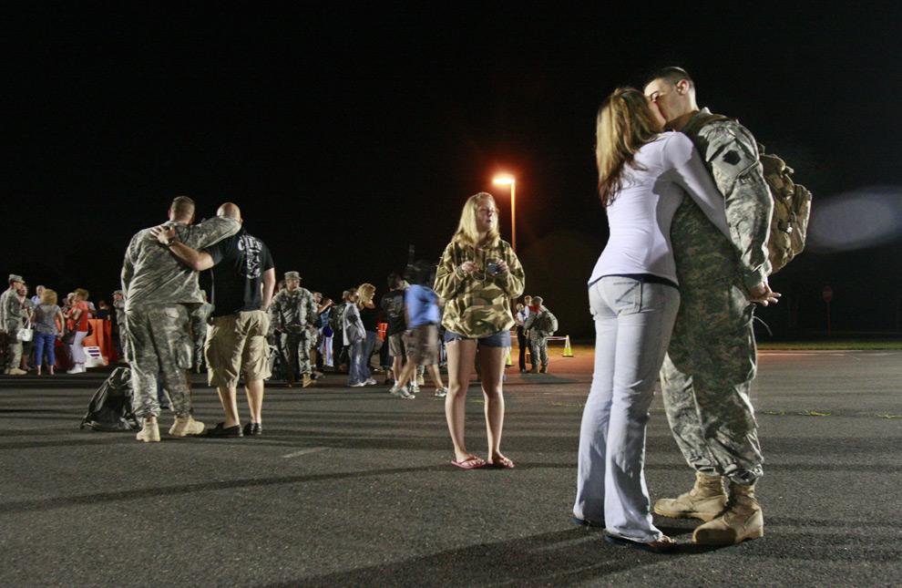2. Военный специалист Дэн Ковак и его жена Тара Ковак из Пенсильвании целуются по прибытии домой первой очереди солдат национальной армии 25 августа 2009 года с военных операций в Ираке. (AP Photo/Elizabeth Robertson, Philadelphia Inquirer)