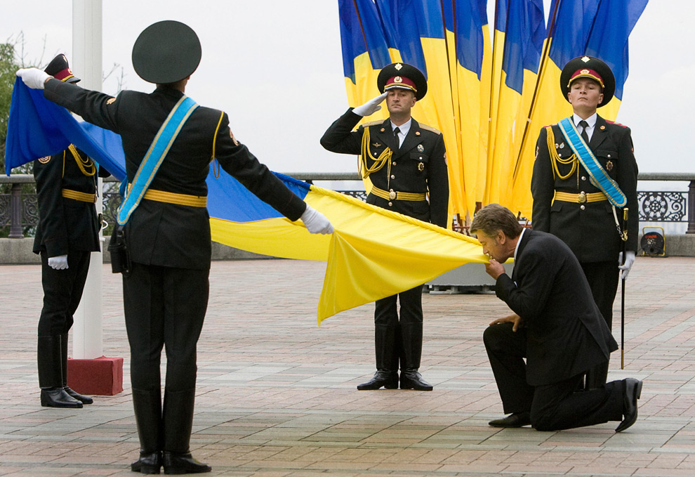 3. Украинский президент Виктор Ющенко целует национальный флаг в Киеве в воскресенье 23 августа 2009 года в день государственного флага. (AP Photo/Presidential Press Service, Mykhailo Markiv)