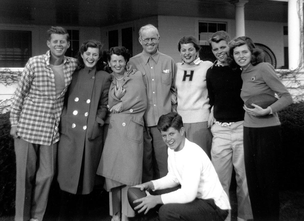 3. Семья Кеннеди в Хианниспорте, Массачусетс, в 1948 году. Слева направо: Джон Ф. Кеннеди, Джин Кеннеди, Роуз Кеннеди, Джозеф П. Кеннеди старший, Патриция Кеннеди, Роберт Ф. Кеннеди, Юнис Кеннеди и на переднем плане Эдвард М. Кеннеди. (REUTERS/John F. Kennedy Presidential Library)