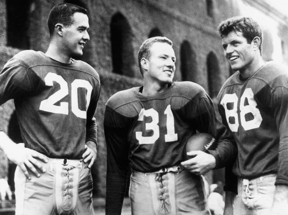 4. Фил Хьюи (слева), Лео Дейли и Тед Кеннеди в футбольной форме в Гарварде в 1955 году (REUTERS/John F. Kennedy Presidential Library)