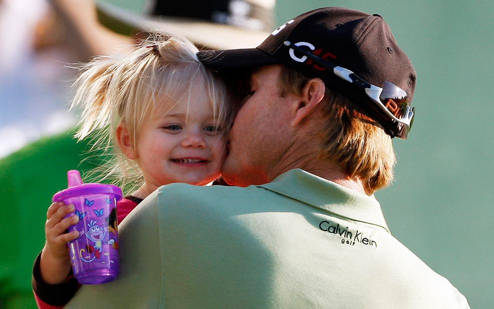 5. Хит Слокум целует свою 20-месячную дочь Стеллу, празднуя победу на турнире по гольфу в Национальном гольф-клубе Либерти в воскресенье 30 августа 2009 года в городе Джерси, штат Нью-Джерси. (AP Photo/Mel Evans)