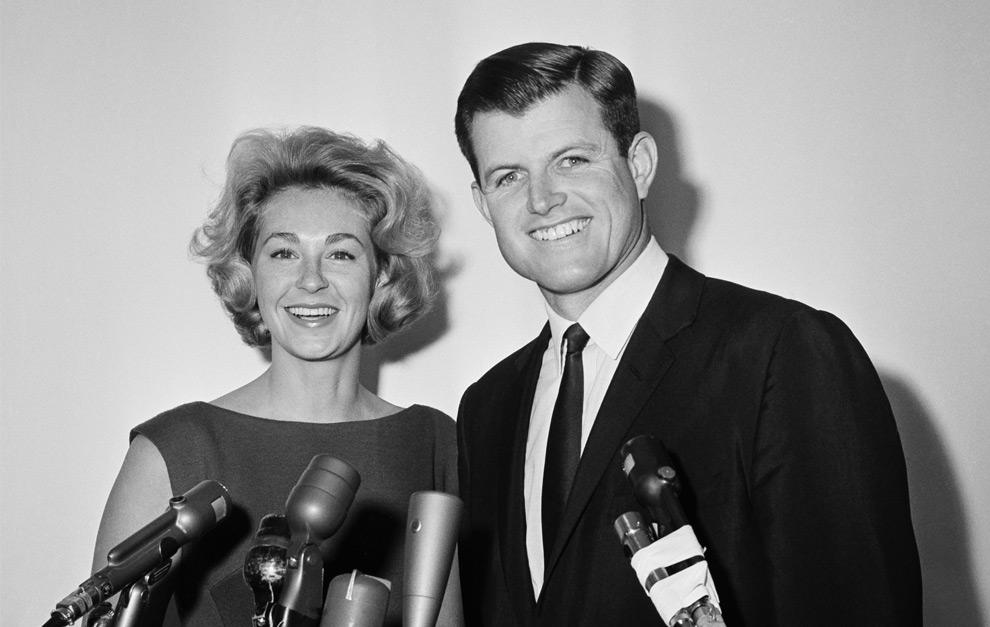 6. На этом снимке 14 марта 1962 года 30-летний Эдвард М. Кеннеди – младший брат президента США – улыбается, стоя рядом со своей супругой Джоан во время объявления своего намерения баллотироваться на место в сенате, которое его старший брат занимал до того, как стать президентом. (AP Photo)