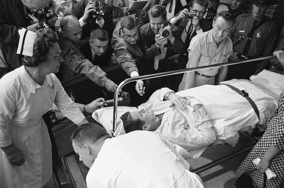 8. Сенатор Эдвард «Тед» Кеннеди рассказывает журналистам о самочувствии, пока его везут из реанимации в палату госпиталя Кули Дикинсон в Нортгемптоне, Массачусетс, 9 июля 1964 года. Младший сенатор из Массачусетса попал сюда из больницы в Бостоне, куда его доставили со сломанной спиной после авиакатастрофы за 20 дней до этого. (AP Photo/AZB)