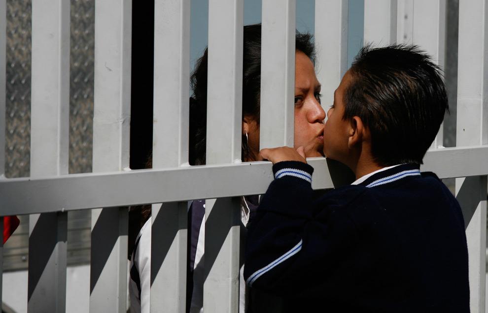 8. Студентка целует мать на месте съемок фильма «Абель» в школе в городе Агуаскальентес, Мексика, в пятницу 28 августа 2009 года. (AP Photo/Marco Ugarte)