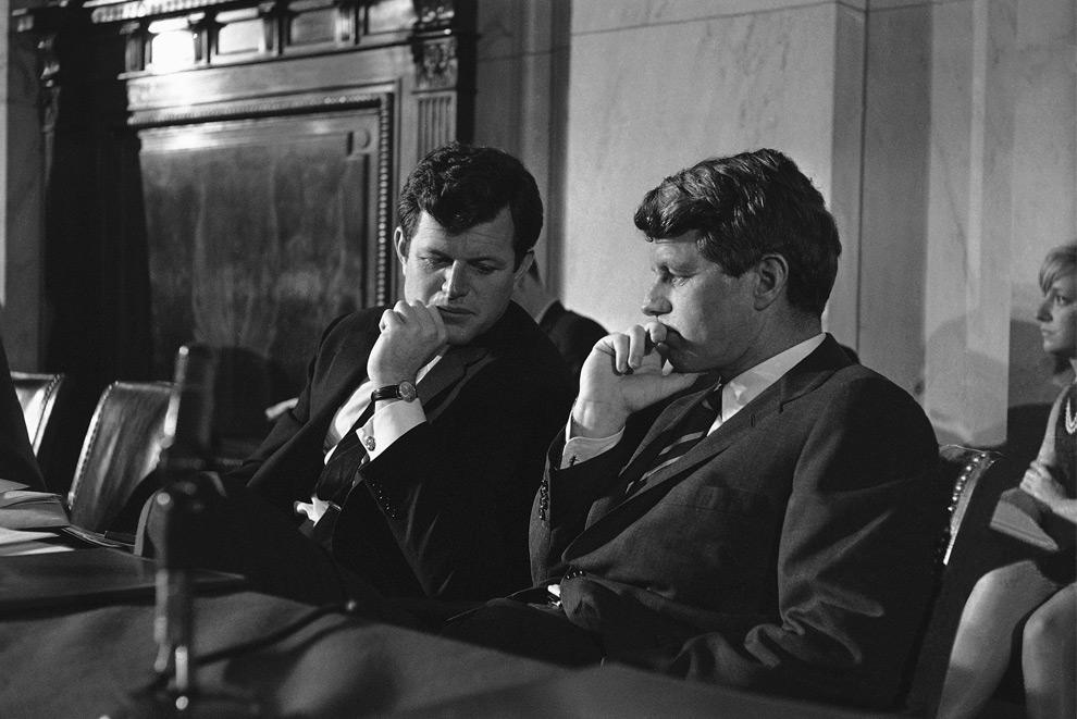 9. На этом снимке, сделанном 15 марта 1967 года сенаторы Эдвард Кеннеди (слева) и Роберт Кеннеди сидят рядом на заседании рабочего подкомитета Сената в Вашингтоне. (AP Photo, File)