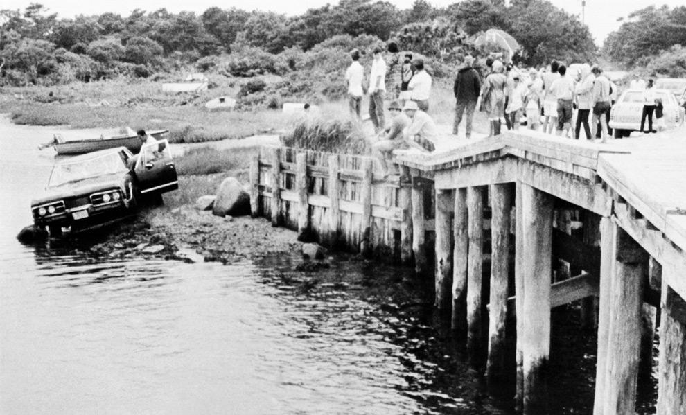 10. На этом снимке от 19 июля 1969 года автомобиль сенатора Эдварда Кеннеди вытаскивают из воды после того, как машина съехала с моста в Эдгартауне, Массачусетс. На переднем сидении было найдено тело секретаря Мэри Копече. Медики заключили, что она утонула. (AP Photo/file)