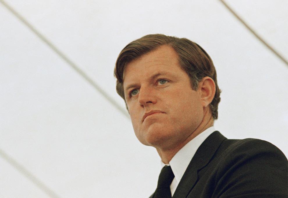 12. Сенатор Эдвард Кеннеди на церемонии открытия центра имени Юнис Кеннеди Шривер в Уолтеме, штат Массачусетс, 14 октября 1970 года. (AP Photo/JWG/FILE)