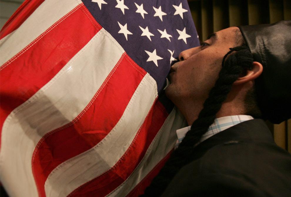 12. Актер Моатасем аль-Беек целует американский флаг во время пьесы «American Experience» в Аммане, Иордания 31 августа 2009 года. Эта сатира обращается к проблемам арабов, живущих в США, с которыми им пришлось столкнуться после 11 сентября 2001 года. (REUTERS/Muhammad Hamed)
