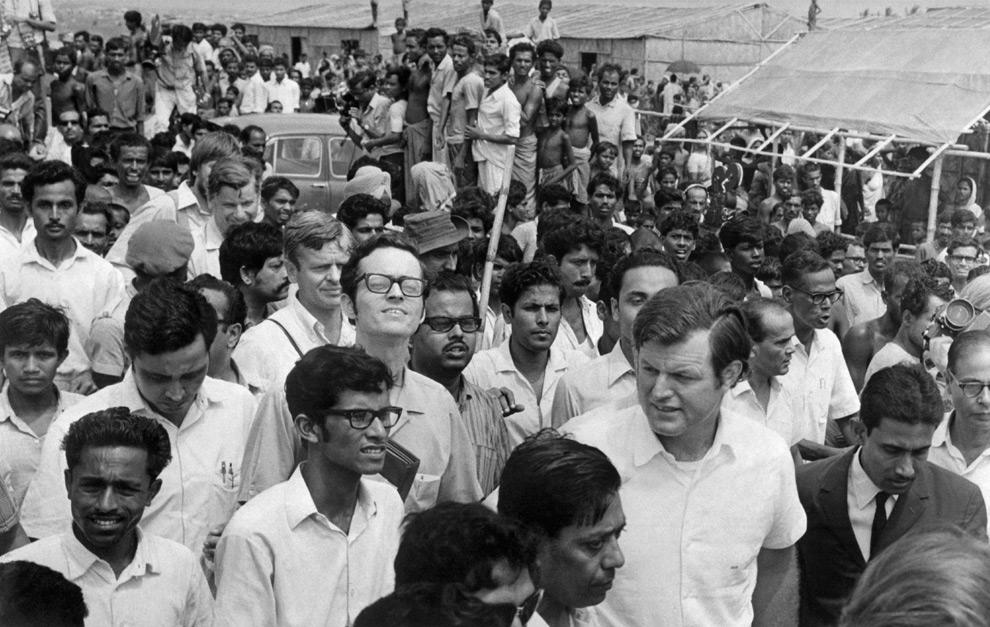 13. На этой фотографии, сделанной в 1971 году, сенатор США Эдвард М. Кеннеди посещает лагеря для беженцев в Калькутте, Индия. (AFP PHOTO/AFP/Getty Images)