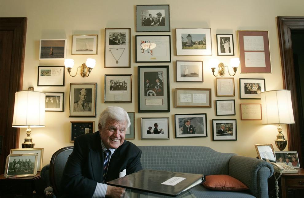 17. Сенатор Эдвард Кеннеди улыбается, обсуждая свою новую книгу «America Back on Track» в своем кабинете в Капитолии в Вашингтоне 7 апреля 2006 года. (AP Photo/Pablo Martinez Monsivais, FILE)