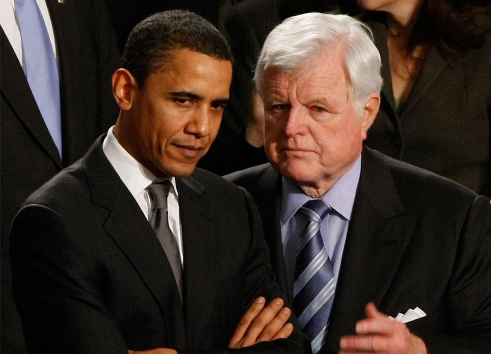 19. Кандидат в президенты от демократической партии сенатор Барак Обама советуется с сенатором Эдвардом Кеннеди перед началом речи американского президента Джорджа Буша в Капитолии 28 января 2008 года в Вашингтоне, округ Колумбия. (Win McNamee/Getty Images)