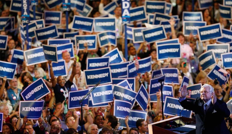 20. На этом снимке, сделанном 25 августа 2008 года, сенатор Эдвард Кеннеди из Массачусетса слушает овации толпы в «Центре Пепси» (Pepsi Center) во время его неожиданного появления на Национальном съезде демократической партии в Денвере. (AP Photo/ Richmond Times-Dispatch, Dean Hoffmeyer)