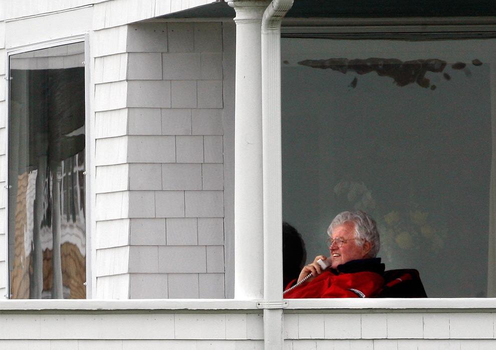 21. Сенатор Эдвард Кеннеди разговаривает по телефону на крыльце в Хианниспорте, Массачусетс, в четверг 22 мая 2008 года. (Matthew J. Lee/ Globe staff)