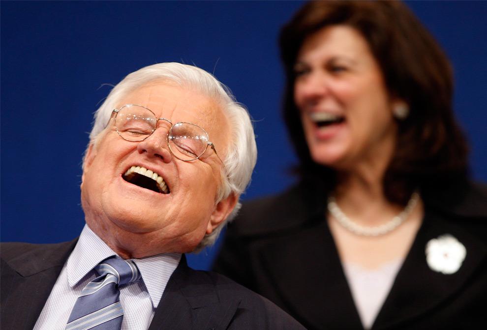 22. Американский сенатор Эдвард Кеннеди и его жена Виктория смеются на церемонии «Profiles in Courage Award» в библиотеке Джона Ф. Кеннеди в Бостоне, Массачусетс, 12 мая 2008 года. (REUTERS/Brian Snyder)