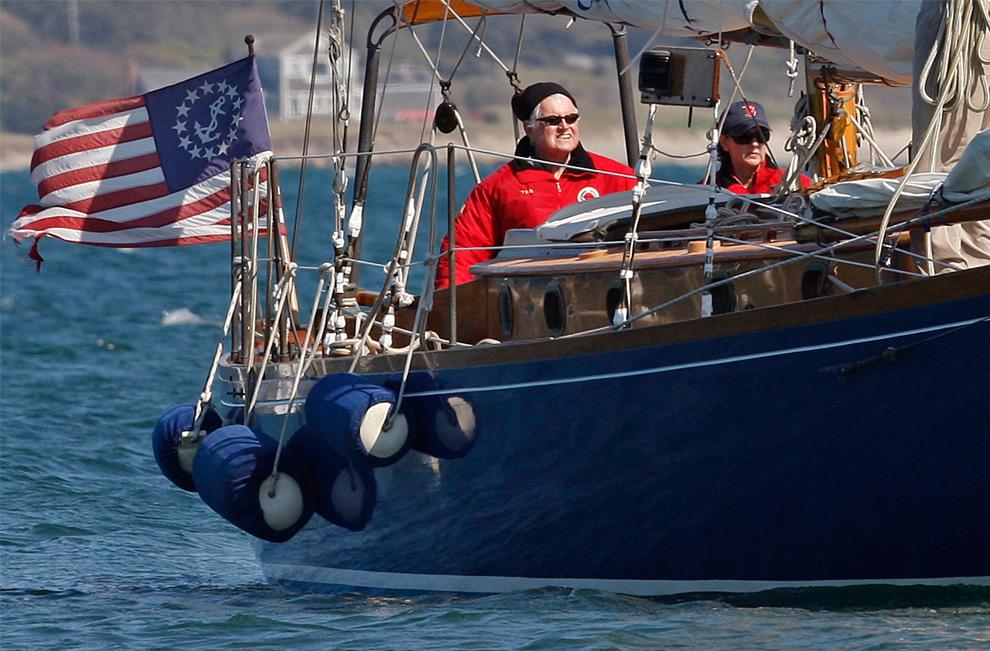 23. Сенатор Эдвард Кеннеди и его жена Виктория на своем катере «Мия» в водах порта Хианнис, Массачусетс, 21 мая 2008 года. (AP Photo/The Boston Globe, Matthew J. Lee)